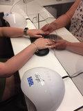 Hoestscherm in gebruik in een nagelstudio